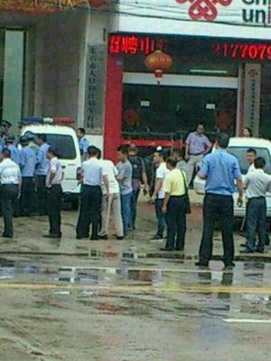 东兴计生局外聚集的警察和人群(网友供图)