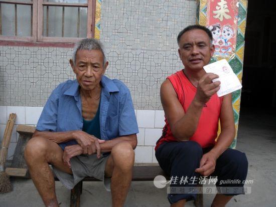 正江村委弯子屯村民陈贵生(右)和陈礼进,他们说去年开始五保金发到自己的存折上了