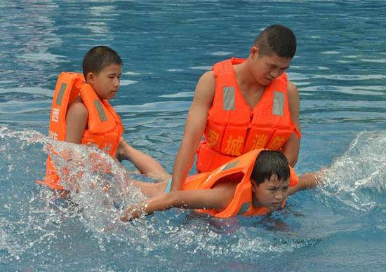 河池罗城消防官兵教留守儿童游泳