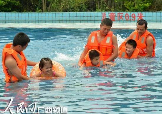 小朋友们游得欢快