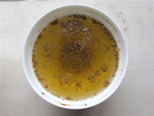 3200元一吨的鱼粉,放入水中沉淀多,漂浮物也很多,少量溶于水。
