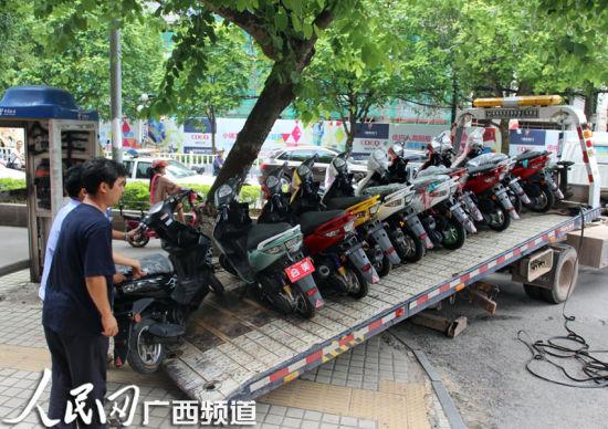 公安交警、工商部门对违法销售的燃油助力车进行查扣