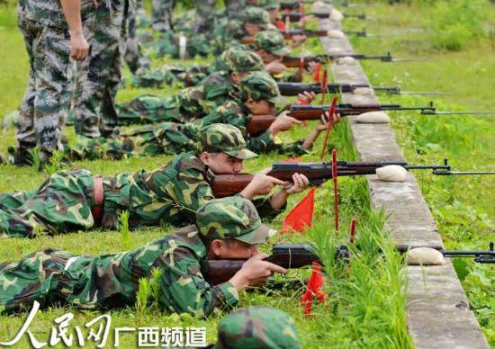 广西罗城仫佬族自治县几名90后的民兵正在实弹射击训练