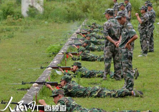 广西罗城仫佬族自治县的民兵正在实弹射击训练