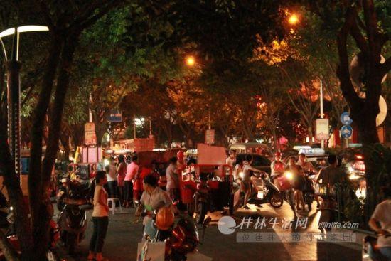 桂林东江菜市门前的拥堵现象。