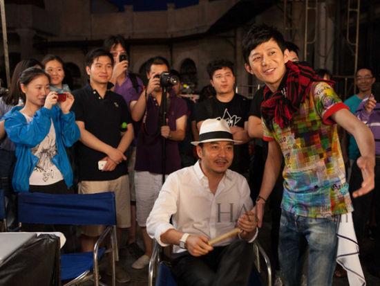 何炅和汪涵在统一 (Uni-President) 卤肉面拍摄现场