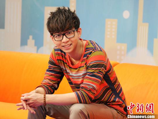 广西南宁籍歌手胡夏7月24日做客中新网《人物对话间》(中新网记者 李美多 摄)