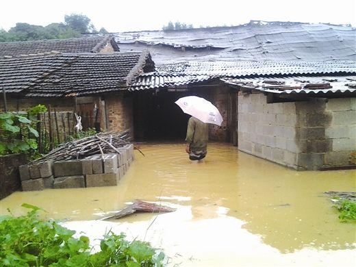养殖户回家要蹚过没过膝盖的河水。 南国早报记者 姜锋摄