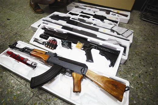 图为民警收缴的仿真枪。