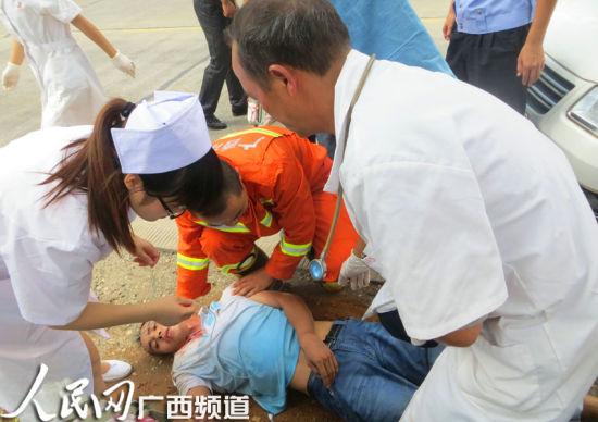 紧张破拆作业15分钟后,被困司机脱离挤压变形的驾座,为医护人员赢得对伤者后续抢救治疗的时间。甘勇摄