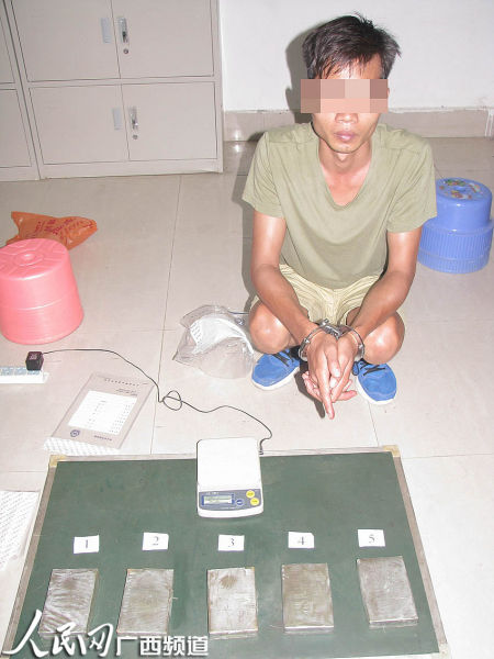 犯罪嫌疑人黄某指认运输的毒品海洛因