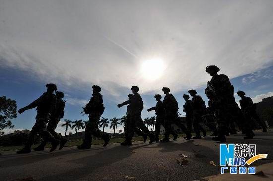 7月30日,武警广西总队某部特勤中队队员训练结束返回营地。