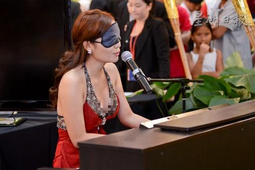 黄嘉韵(9号佳丽)蒙眼弹钢琴,自弹自唱,令人留下深刻印象。(马来西亚星洲日报)