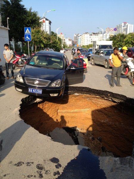 一辆小车险些坠入深坑