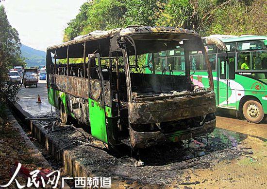 自燃汽车已被烧得面目全非,所幸乘客得到紧急疏散,未发生人员伤亡(甘勇/摄)