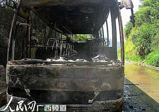 自燃客车被烧得只剩骨架,可见火势之大(甘勇/摄)