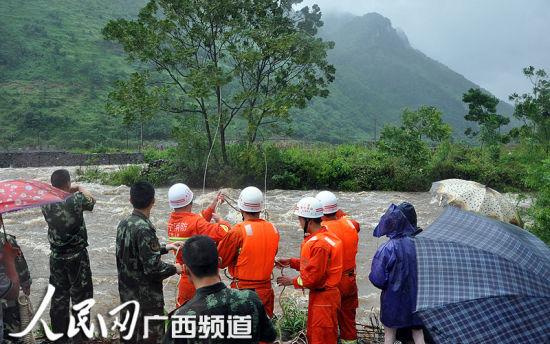 """上林连日暴雨农民被困孤岛消防""""飞渡""""营救"""