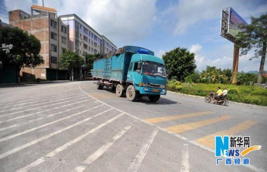 在国道S205线61公里至63公里路段上,一辆载重汽车驰下斜坡直奔环江县城
