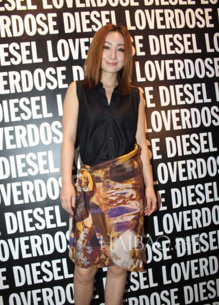 秦海璐身穿Diesel印花半裙+无袖衬衫套装