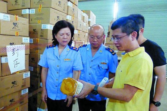 在经销商仓库,多美滋奶粉已被封存。     南国早报记者 雷倩倩摄