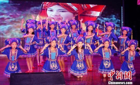8月6日,在2013南宁国际民歌艺术节新闻发布会上,壮族女孩在表演民歌。 黄冬 摄