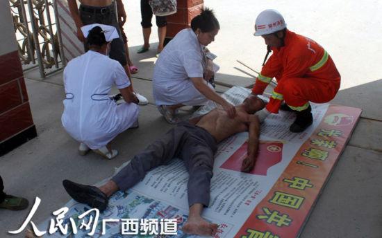 医务人员进行施救