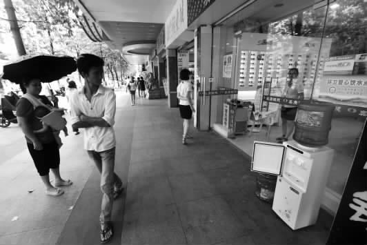 """柳州市龙城路一处""""环卫爱心饮水点""""吸引市民的目光"""