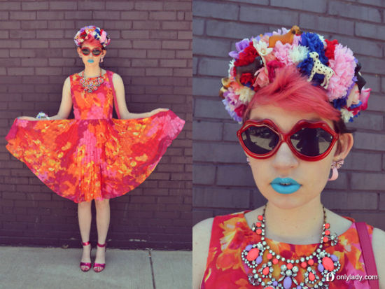 色彩浓烈的印花连身洋装搭配缤纷妆容