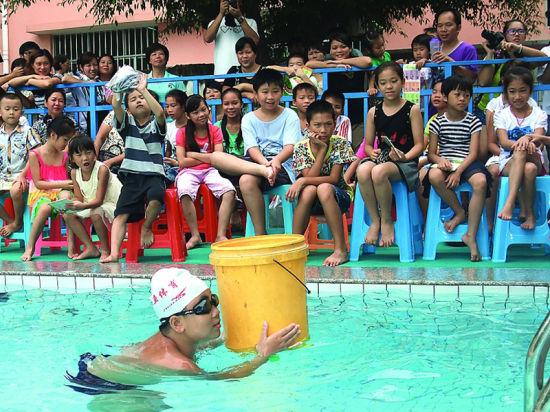 借助空水桶的浮力,也能救人。
