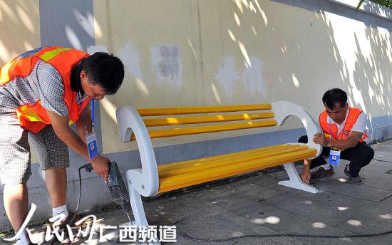 8月12日上午,市政工人在青山路安装悠闲座椅