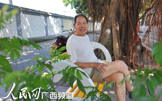 8月12日上午,一位市民在新装的悠闲座椅上休息。