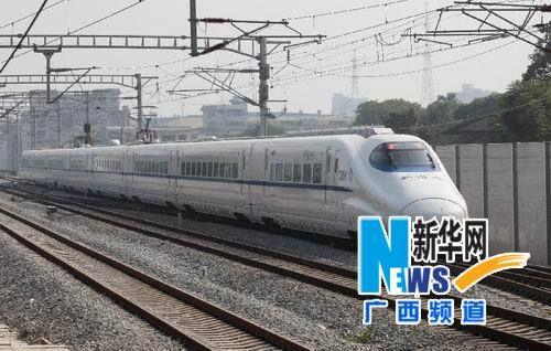 """""""和谐号""""动车组列车在广西桂林灵川县境内的衡(阳)柳(州)铁路上试运行。"""