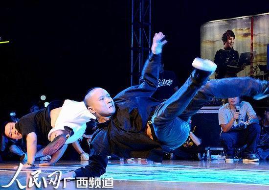 参赛选手展示精湛舞技
