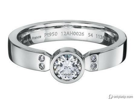 Ever Kelly系列铂金镶鑽求婚戒,售价NT$ 172,400元。