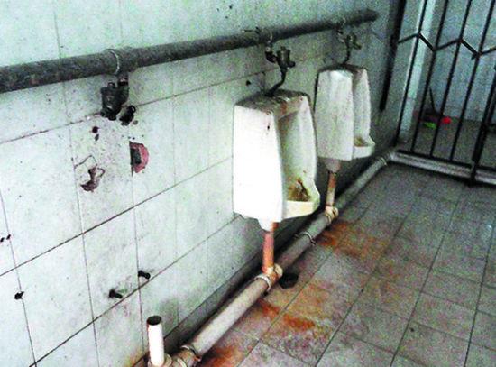埌东六组农贸市场,一公厕便器损坏被拆走后,迟迟未能重新安装。