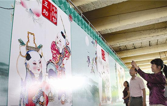 市民在南湖大桥桥台壁画前驻足拍照。南国早报记者 罗暘摄