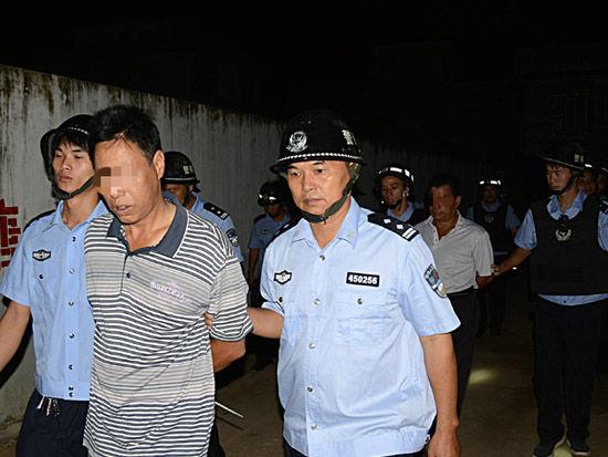 警方依法对嫌疑人搜身后,对其进行强制约束。人民网记者甘勇 摄