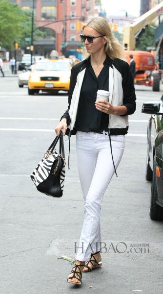 卡罗莱娜·科库娃 (Karolina Kurkova) 拿黑白兽纹Tod's Sella包包出街