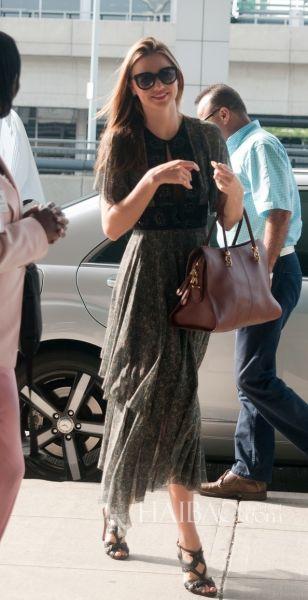 米兰达·可儿 (Miranda Kerr) 拿棕色皮质Tod's Sella包包出街