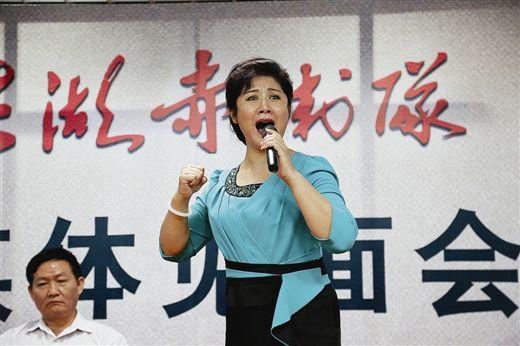 刘丹丽在发布会现场演唱《洪湖赤卫队》经典唱段