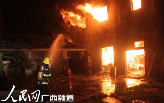 火灾现场整栋楼被火势包围。韦廷彬 唐靖濠 图