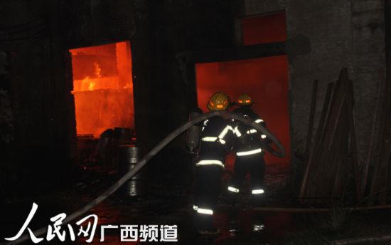 火灾现场火焰迅速蔓延。韦廷彬 唐靖濠 图