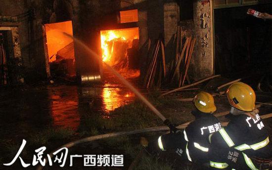 消防官兵在火灾现场进行抢救。韦廷彬 唐靖濠 图
