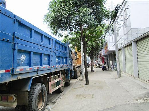 由于铺面被货车挡住,有些店主干脆关门不做生意了。 南国早报记者 周如雨摄