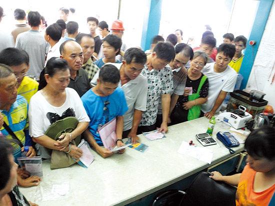 南宁五一路绿能销售店内挤满等待开发票的车主。南国早报记者程浩楠 摄