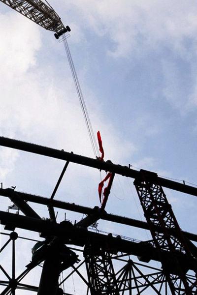 随着最后一根钢管吊装到位,新航站楼钢结构主体完成合龙。 南国早报记者 徐冰摄
