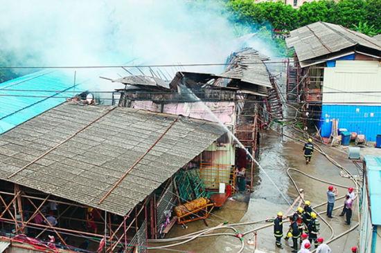 消防人员在灭火。南国早报记者 徐冰摄