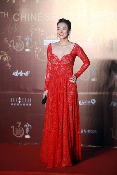 章子怡身着红色蕾丝深V晚礼服性感亮相