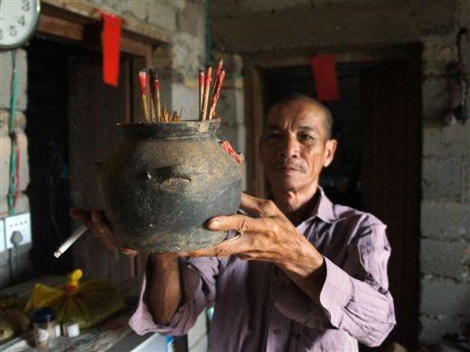 村民陈启乾收藏的汉代四系罐,被供奉在神台上作香炉使用。南国早报 王剑 摄