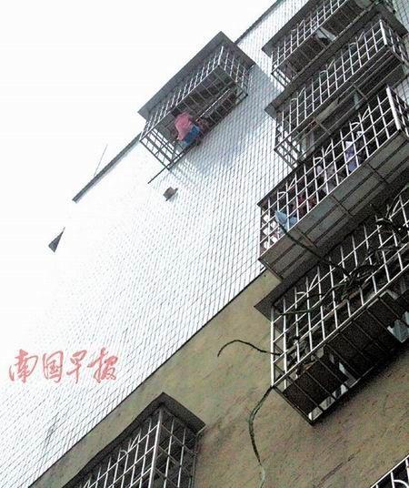 玉林8岁男孩被卡防盗窗身悬半空中